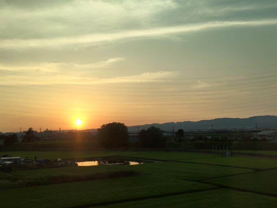 新幹線の車窓から見えた夕陽