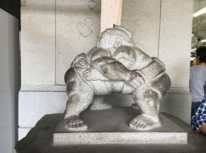 両国駅の相撲の石像